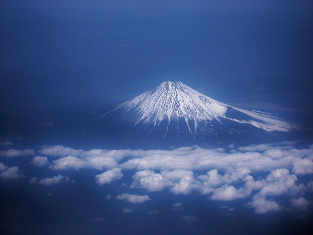 雲の上にそびえる富士山